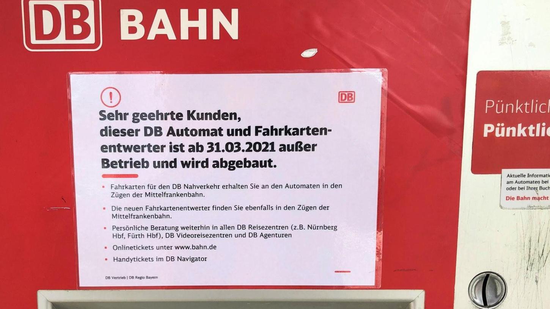 Auch am Nürnberger Nordostbahnhof wurde der Fahrscheinautomat abgebaut. Somit müssen Passagiere der Gräfenbergbahn ihre Tickets im Zug kaufen. Doch der Apparat funktioniert nicht richtig.