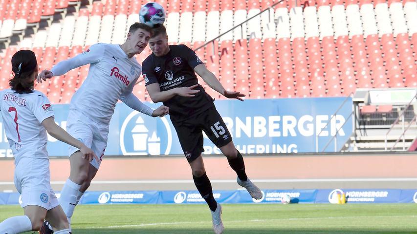 Der Club startet konzentriert in die Partie und kombiniert sich nach nicht einmal fünf Minuten vom eigenen Sechszehner stark nach vorne durch. Mats Möller Daehli bekommt den Ball auf der rechten Seite durchgesteckt und flankt in die Mitte, wo Fabian Nürnberger bereitsteht. Phil Neumann ist aber vor ihm am Spielgerätund kann klären.