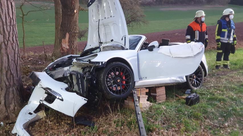 Porsche prallt gegen Baum: Mann lebensbedrohlich verletzt