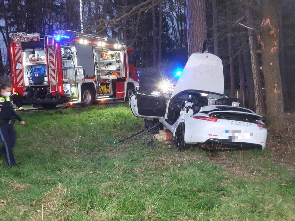 Redaktioneller Hinweis: Angehörigenverständigung noch nicht erfolgt!Im Landkreis Ansbach kam es innerhalb weniger Stunden zu zwei schweren Verkehrsunfällen: Einer dieser schweren Verkehrsunfällen ereignete sich am Dienstagabend (27.04.2021). Nach ersten Informationen fuhr ein Porsche-Fahrer von Borsbach (Lkr. Ansbach) in Richtung Flachslanden. Das Fahrzeug kam aus bislang ungeklärter Ursache von der eigenen Fahrbahn ab und wollte einem entgegenkommenden Auto ausweichen. Dabei überfuhr der Porsche einen Wasserdurchlass und prallte anschließend gegen einen Baum. Der Fahrer wurde bei dem Unfall lebensgefährlich verletzt. Ein Rettungshubschrauber brachte den Verletzten in ein Würzburger Krankenhaus. Die Frau, die das entgegenkommende Fahrzeug steuerte und als Ersthelferin vor Ort war, erlitt einen Schock und wurde vor Ort von einem Seelsorger betreut. Foto: NEWS5 / Haag Weitere Informationen... https://www.news5.de/news/news/read/20748