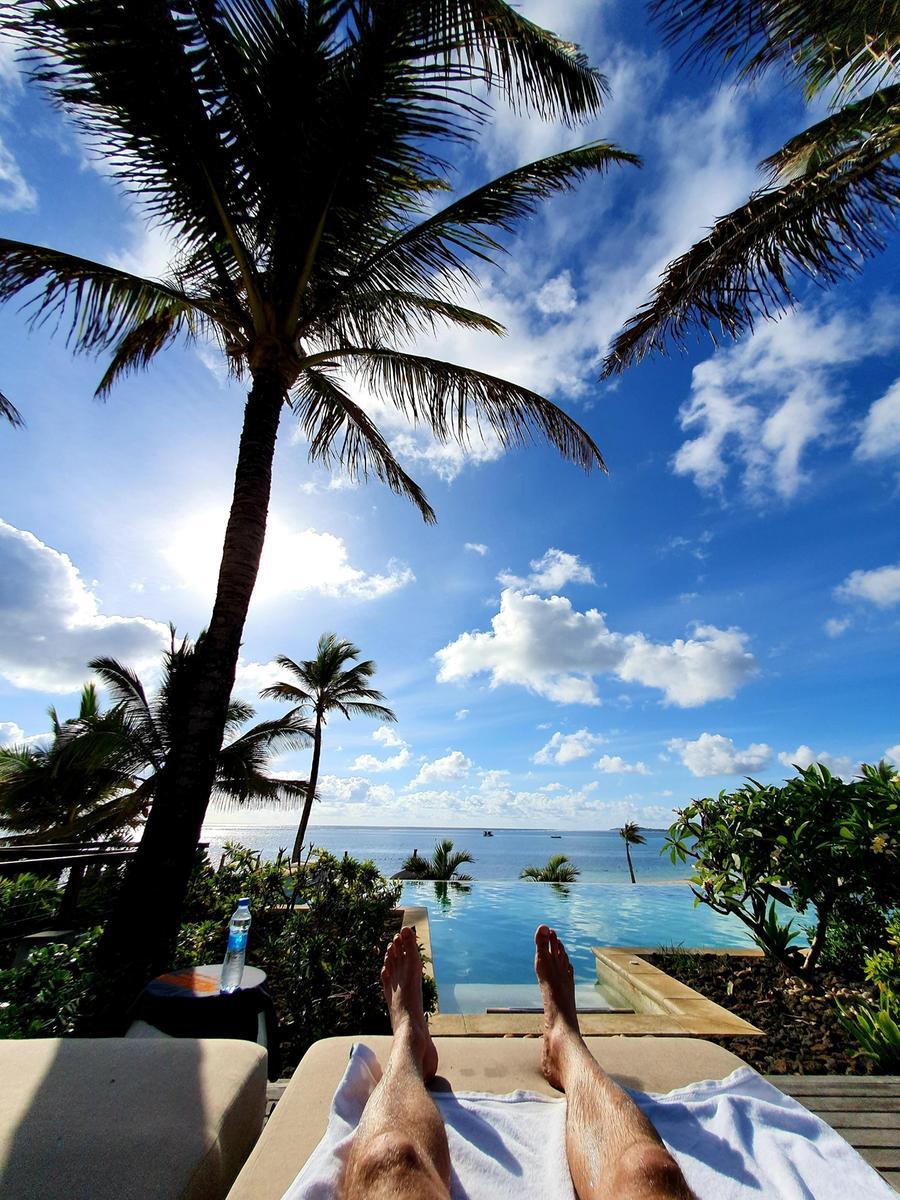 Unter Palmen am Pool auf Mauritius - nur Geimpfte dürfen davon träumen und es wahrmachen.