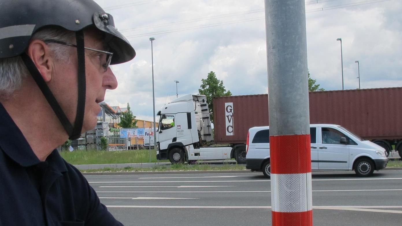 Gerhard Krahl an der Obi-Kreuzung in Forchheim-Süd, einer jener Kreuzungen, wo Radler bis zu fünf Ampeln abwarten müssen, um einmal die Straße queren zu können.