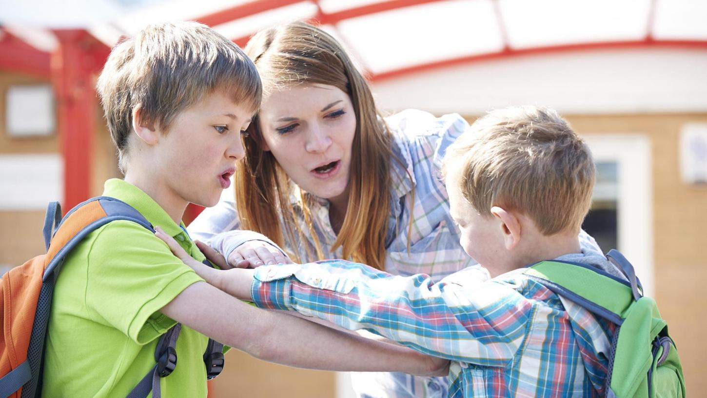 Zwei Grundschüler rangeln miteinander: Auseinandersetzungen in der Pause oder auf dem Schulweg kommen auch an der Martinschule in Forchheim immer wieder vor.