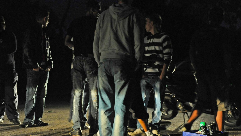 Das Foto zeigt angetrunkene Jugendliche bei einer Polizeikontrolle im Kreis Hildesheim. In Kemnath hatte die abendliche Randale einer Gruppe Jugendlicher tödliche Folgen für einen Nachbarn. Er erlitt – wohl vor Aufregung – einen Herzinfarkt.