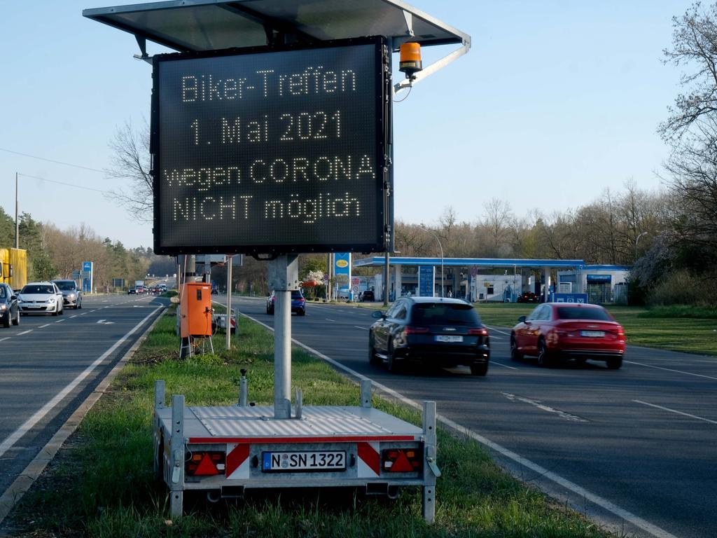 Nürnberg , am 27.04.2021 Ressort: Lokales  Foto: Roland Fengler Nürnberg ,  Biker-Treffen,   Hinweisschild  Biker-Treffen 1.Mai 2021 wegen Corona nicht möglich   Müncher Str. neben ARAL Tankstellen