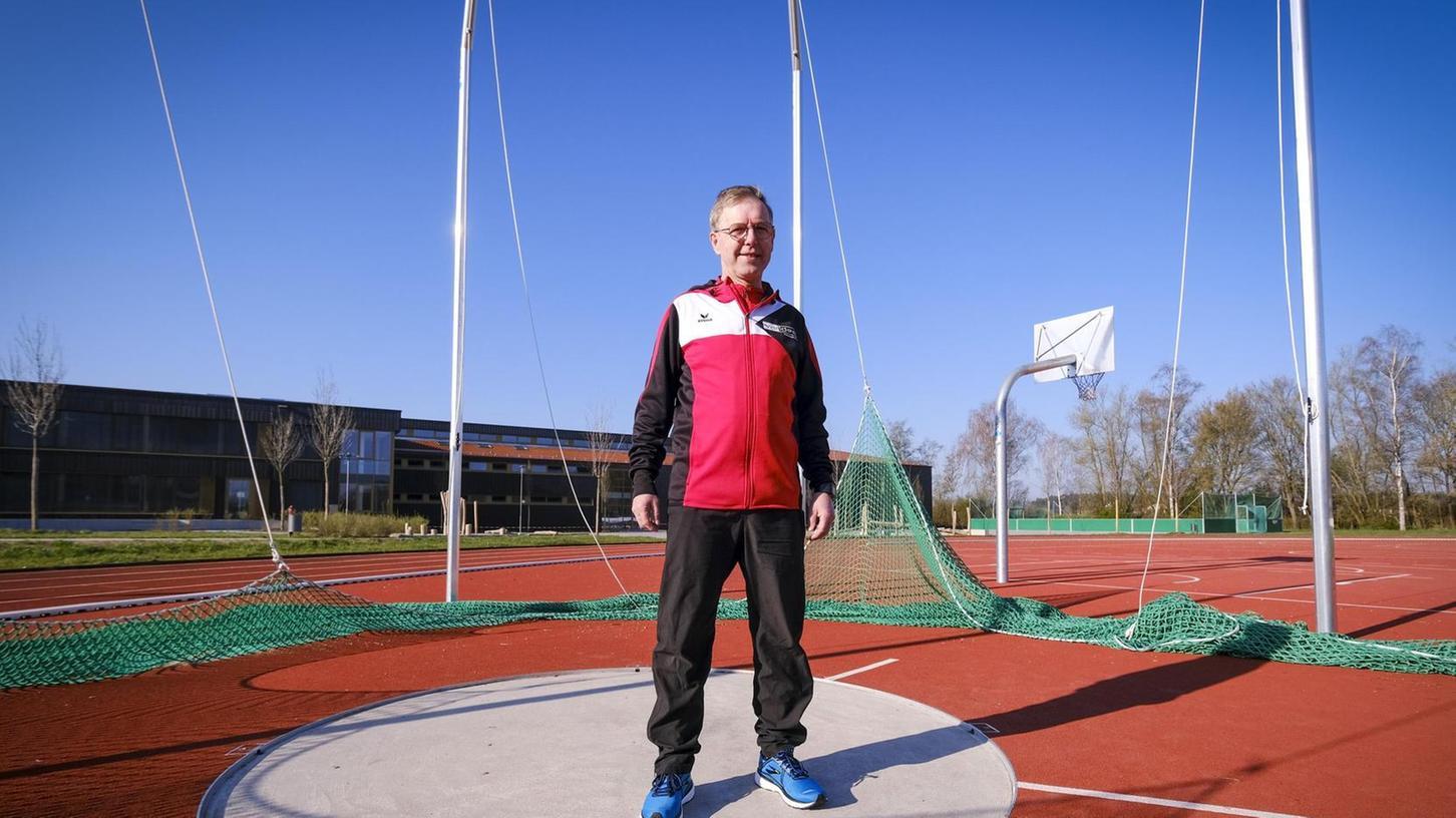 Stolz posiert Gerhard Fritsch, der seit über 40 Jahren die Geschicke der Leichtathletik-Abteilung beim TSV Freystadt leitet, auf der neu renovierten Wurf-Anlage.