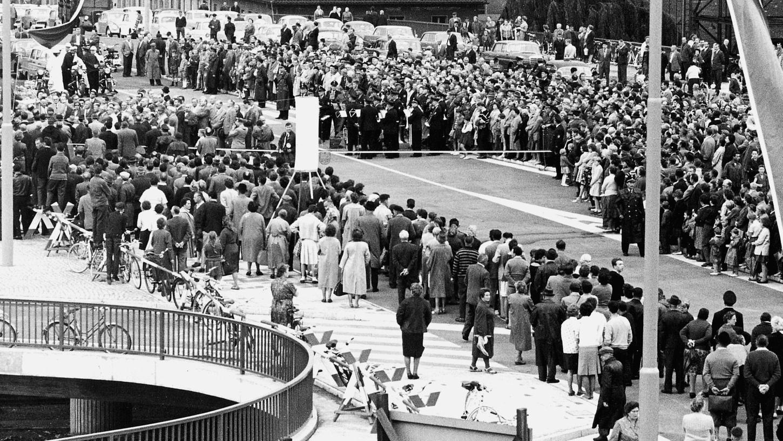 Im Juli 1962 wird die neue Jansenbrücke im Nürnberg, die bis dahin Maximiliansbrücke hieß, feierlich eingeweiht. Sie überspannt den neuen Frankenschnellweg, der im Bett des alten Ludwig-Donau-Main-Kanals entstanden ist, und erinnert an den Berliner Stadtplaner, der die Verkehrsader konzipiert hatte. Die Nürnberger bestaunen in Scharen das Werk.  Foto: Friedl Ulrich