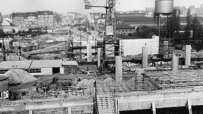 """So verwirrend sah der Frankenschnellweg in der Bauphase im März 1961 aus: Die """"Elefantenfüße"""" in der Bildmitte sind die Träger der heutigen Jansenbrücke.  Foto: Gertrud Gerardi"""