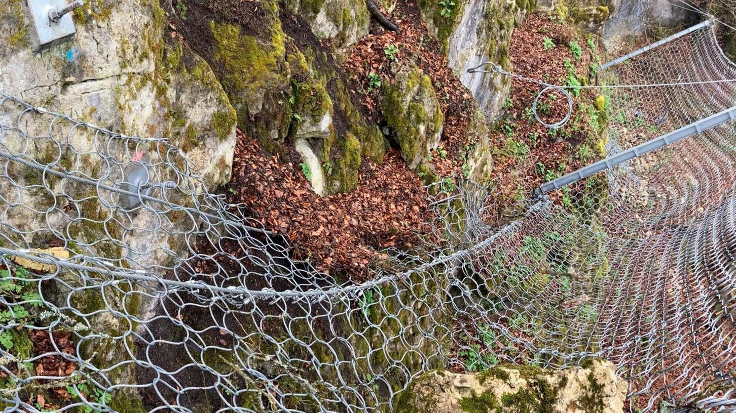 Ein Dolomit-Felsbrocken mit etwa einer Tonne ist im Winter abgegangen. Der Sicherungszaun hat Schlimmeres verhindert.