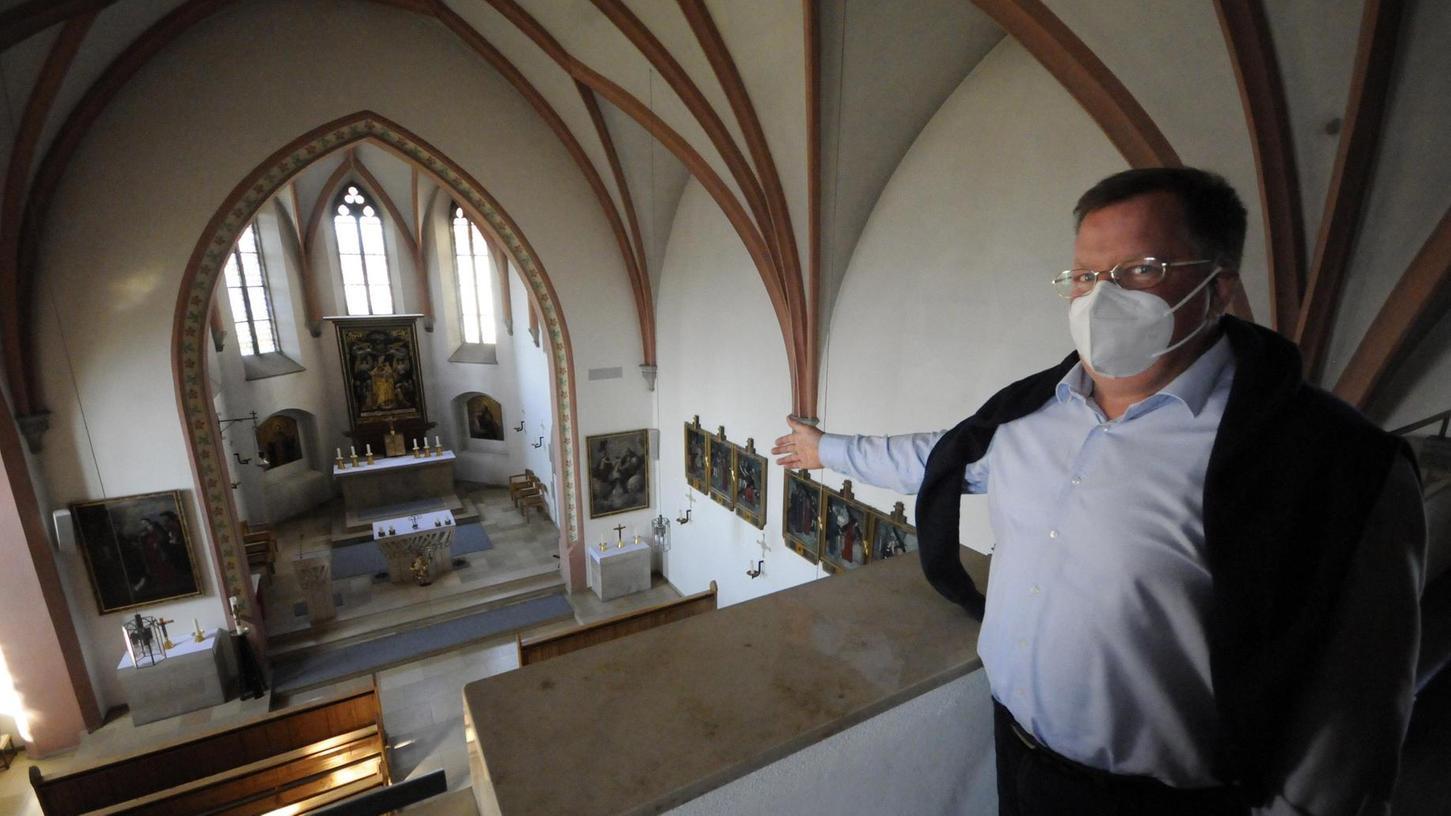 Gesamtleiter Norbert Clausen zeigt die Perspektive von der Orgelempore (und der Livestream-Kamera) auf den Kirchenraum.