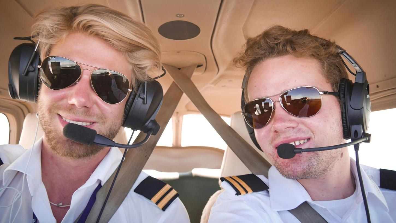 Alles roger: Felix Schwab aus Eckental (rechts) bespricht mit Copilot Janik Schöning, der am Bodensee aufgewachsen ist, das nächste Flugmanöver über dem Golf von Mexiko.
