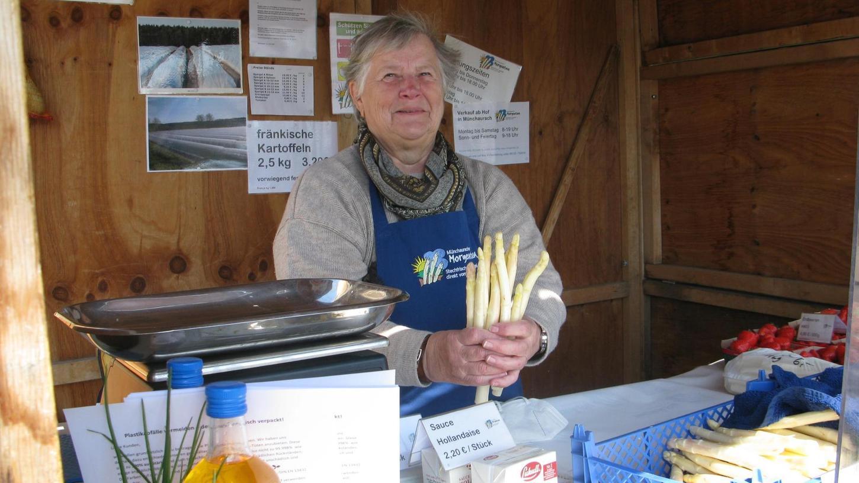 Gerlinde Senff verkauft in der Bude an der Erlanger Straße Morgentau-Spargel – und hat auch immer Zeit für ein Schwätzchen.