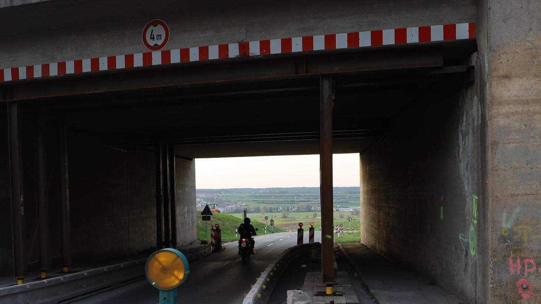 Diese Brücke über die Staatsstraße bei Mühlhausen wird im Zuge des A 3-Ausbaus erneuert. Darunter soll ein Radweg gebaut werden.