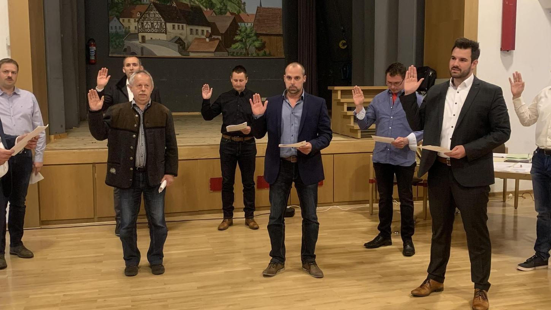 Vor knapp einem Jahr wurden die acht neuen Stadträte von Bürgermeister Stefan Frühbeißer (li.) im Pottensteiner Bürgerhaus vereidigt. Von links: Daniel Hofmann (CWU-UWV), Johannes Frosch (FWG), Reinhard Bauer (BU), Markus Polster (FWG), Alexander Berner (BU), Klaus Thiem (JL), Christian Weber (JL) und Matthias Dreßel (CWU-UWV).