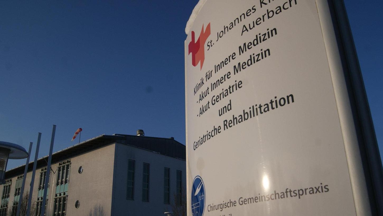 Seit vier Monaten galt in der Sankt Johannes-Klinik Auerbach striktes Besuchsverbot. Jetzt dürfen Patienten wieder besucht werden.