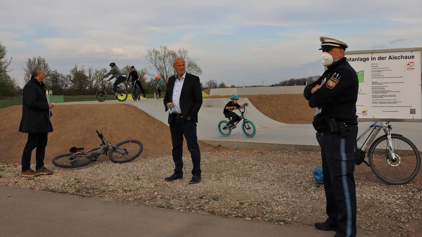 Bürgermeister Brehm (Mitte) diskutierte mit der Polizei und den Stadträten über Lösungsmöglichkeiten, damit sich die Jugendlichen an die Corona-Regeln halten.