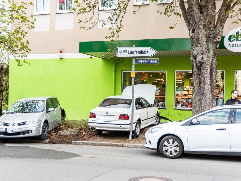 Ein Unfall ereignete sich am Dienstagabend (29.04.2021) in der Happurgerstraße im Nürnberger Stadtteil Laufamholz. Ein weißer, nicht zugelassener BMW kam aus der Ottensooser Straße als er aus bislang ungeklärter Ursache zuerst gegeneinen parkenden Renault und anschließend gegen die Wand eines Lebensmittelladens fuhr. Bei dem Unfall wurde eine Person leicht verletzt. Foto: NEWS5 / Bauernfeind Weitere Informationen... https://www.news5.de/news/news/read/20766