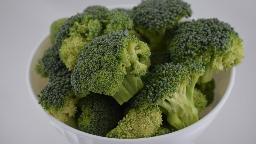 Brokkoli ist ein relativ kalziumreiches Gemüse. Es kann damit dazu beitragen, den Tagesbedarf an dem Mineralstoff zu decken. Karotin und Magnesium enthält erebenfalls.