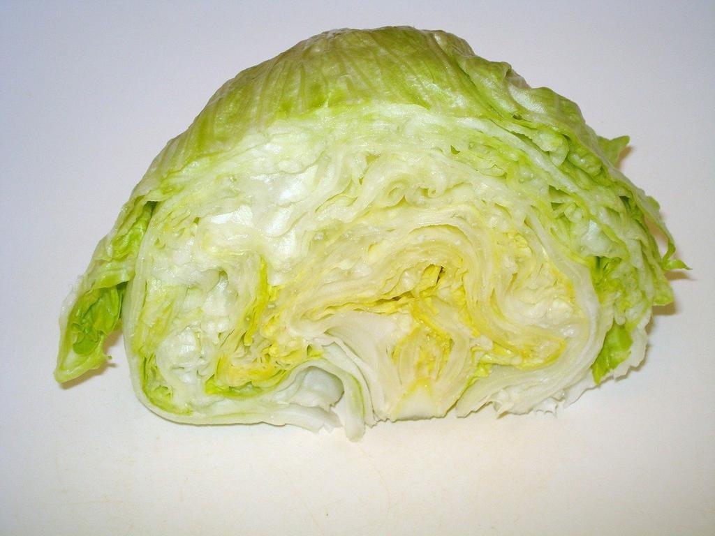 Eisbergsalat enthält viel Wasser und ist deshalb arm an Kalorien. Dennoch liefert er diverse wichtige Nährstoffe. So ist Eisbergsalat reich an Beta-Carotin, einer Vorstufe von Vitamin A und enthält außerdem relevante Mengen Folsäure sowie den Mineralstoff Kalium.