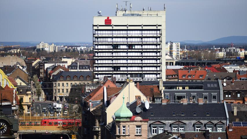 Ein typisches Bauwerk der betonlastigen 70er Jahre ist das Sparkassenhochhaus an der Maxstraße, seit 1974 Zentrale des kommunalen Finanzinstituts. Zusammen mit dem nicht weit entfernten Bahnhofcenter ragt es aus dem Stadtbild heraus - nach Ansicht vieler nicht gerade zur Zierde von Fürth.