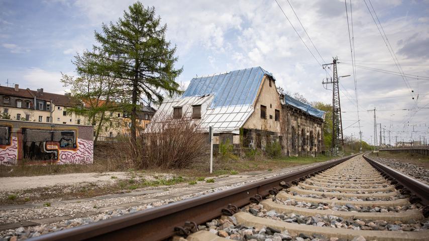 Der Lokschuppen nahe der Stadtgrenze zu Nürnberg ist das älteste Denkmal der Eisenbahngeschichte in Mittelfranken. Zudem gilt er als einer der ältesten noch erhaltenen Lokschuppen Deutschlands - dennoch verfällt er zum Leidwesen von Denkmalschützern seit Jahren.