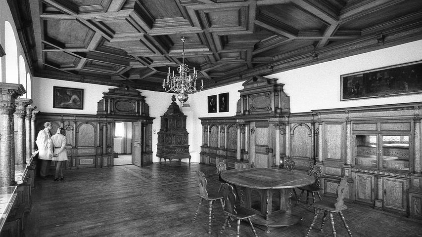 Nachdem das Haus Albrecht Dürers ein frisches Gesicht erhielt und das Spielzeugmuseum seinen Einstand hinter sich hat, lädt das Fembohaus am Burgberg ab morgen zu einem beschaulichen Gang durch die Geschichte ein.Hier geht es zum Kalenderblatt vom 1. Mai1971: Wein aus dem Löwenbrunnen.