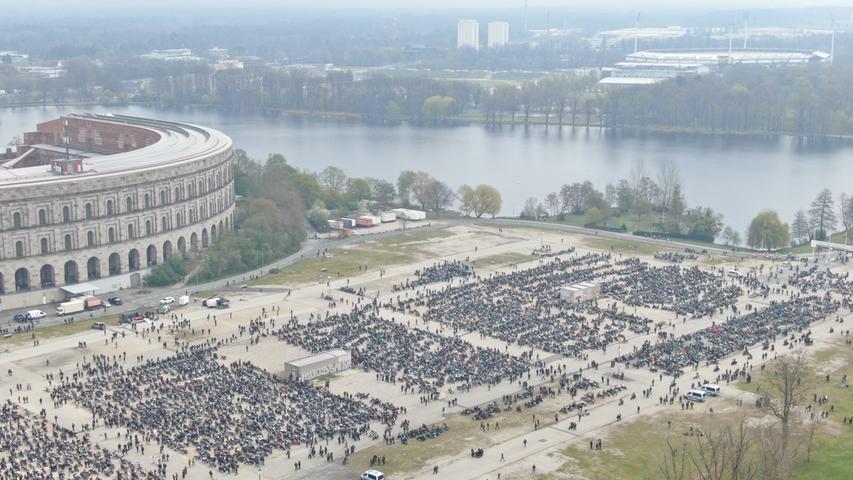 """Am Samstag (01.05.2021) versammelten sich am Volksfestplatz in Nürnberg zahlreiche Biker zu einer Demo unter dem Motto """"Ride Free 2021"""". Es wird mit mehreren tausend Motorradfahrer gerechnet, die gegen das geforderte teilweise Fahrverbot für Motorräder an Sonn- und Feiertagen protestieren. Die Polizei ist mit einem Großaufgebot vor Ort.  Foto: NEWS5 / Bauernfeind Weitere Informationen... https://www.news5.de/news/news/read/20783"""