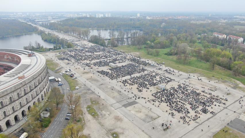 """Am Samstag (01.05.2021) versammelten sich am Volksfestplatz in Nürnberg zahlreiche Biker zu einer Demo unter dem Motto """"Ride Free 2021"""". Michael Konrad, Pressesprecher vom Polizeipräsidium Mittelfranken berichtet, dass rund 7500 Motorradfans gegen das geforderte teilweise Fahrverbot für Motorräder an Sonn- und Feiertagen protestieren.Bis auf Verkehrsbehinderungen bei der An- und Abfahrt der Biker kam es zu keinen größeren Problemen bei der Veranstaltung. Auch aus infektionsschutzrechlicher Sicht gab es nichts zu beanstanden."""