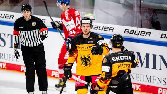 Gratulation: Der Nürnberger Daniel Schmölz (hinten) und der starke John Peterka feiern das 1:0.