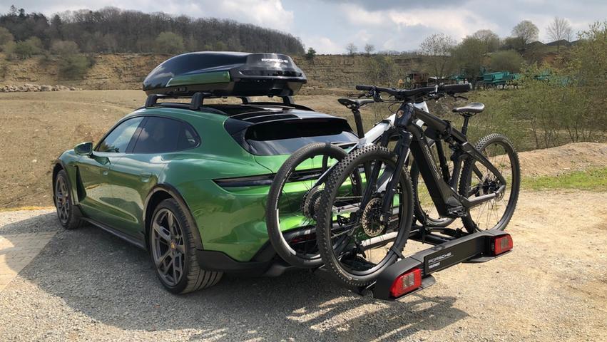 Huckepack genommen: Dem Radträger lassen sich drei Bikes aufbürden, diese hier kommen von Porsche selbst.