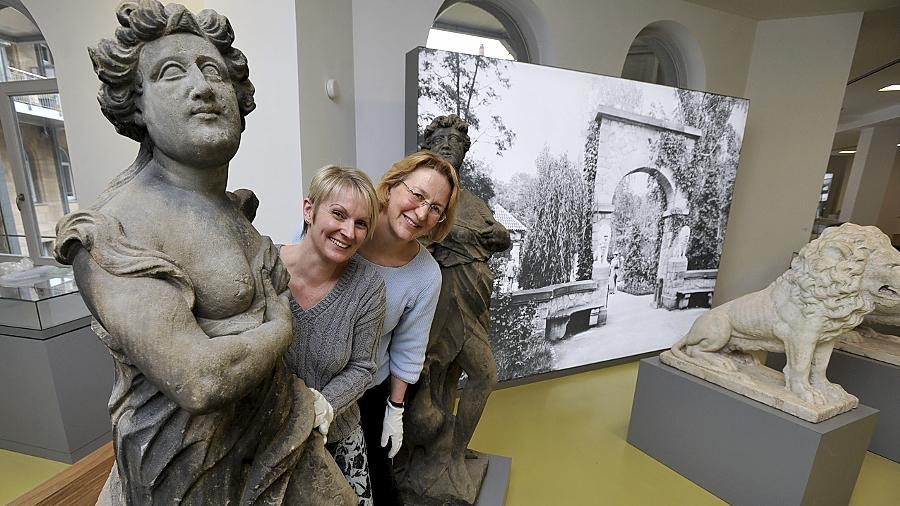Ruth Kollinger (hinten) und Alexandra Herzog vom Fürther Stadtmuseum haben gut lachen: Über 8500 Gäste begutachteten die historischen Schätze seit der Eröffnung des Hauses.