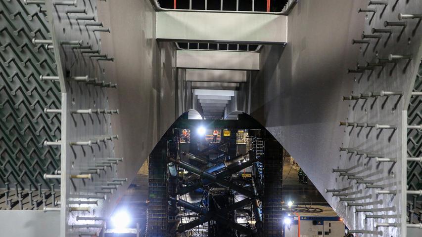 Rund 170 Tonnen Stahl mussten für eine neue Brücke über die A3 transportiert werden.