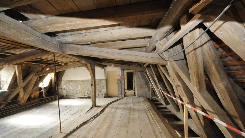 Das Gebälk im Schlossgebäude ist teilweise marode und muss aus statischen Gründen ertüchtigt werden. Drei Sanierungsvarianten lagen auf dem Tisch.