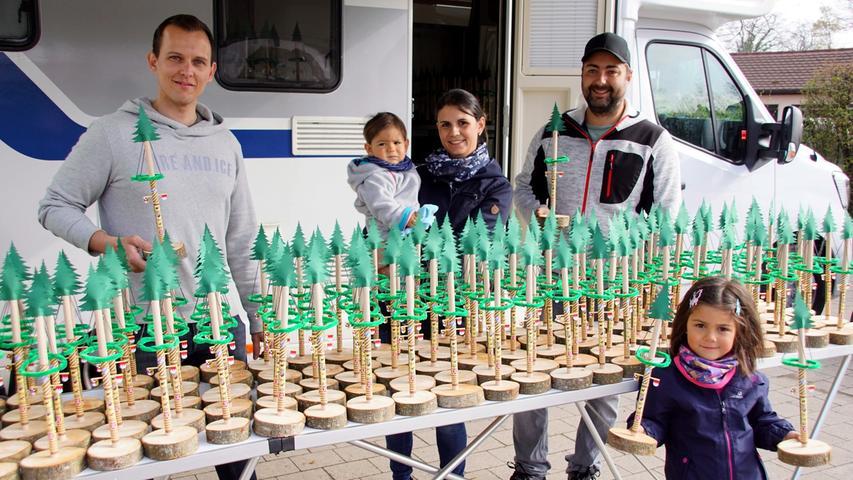 Sebastian Krauß (links) und Michael Renn zusammen mit seiner Frau Melanie sowie den Kindern Robin und Katharina bei der Verteilung der Mini-Maibäume. Sie bastelten insgesamt 200 der kleinen Bäumchen.