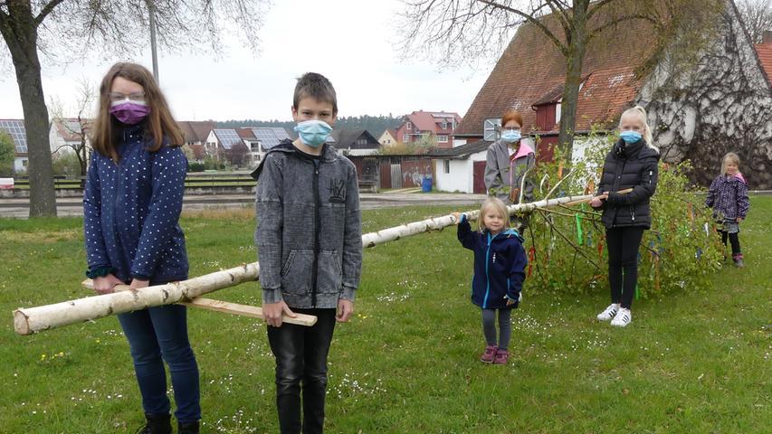 Und auch ein Kindermaibaum wurde wieder aufgestellt – vom Kinderbürgermeisterteam unter der Regie des Kunst- und Kulturvereines und natürlich unter Einhaltung sämtlicher Corona-Hygieneregeln.