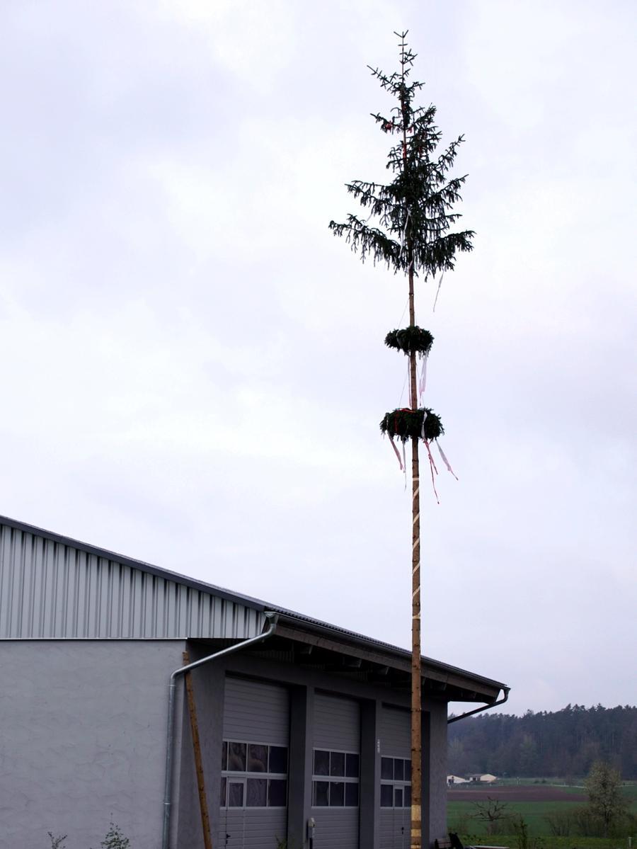 FOTO: Horst Kuhn, 1. Mai 2021 MOTIV: Maibaum auf privatem Grund in Haundorf (Reidelshöfer),  Corona-Pandemie, Corona