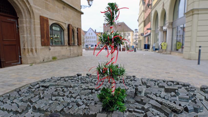 Weißenburg darf sich heuer auch über einen etwas anderen Maibaum freuen.Ulrike Käb vom Tabakwaren- und Zeitschriftenkiosk im dortigen Rathaus hat ihn für das Altstadtrelief vor ihrer Ladentür gebastelt.