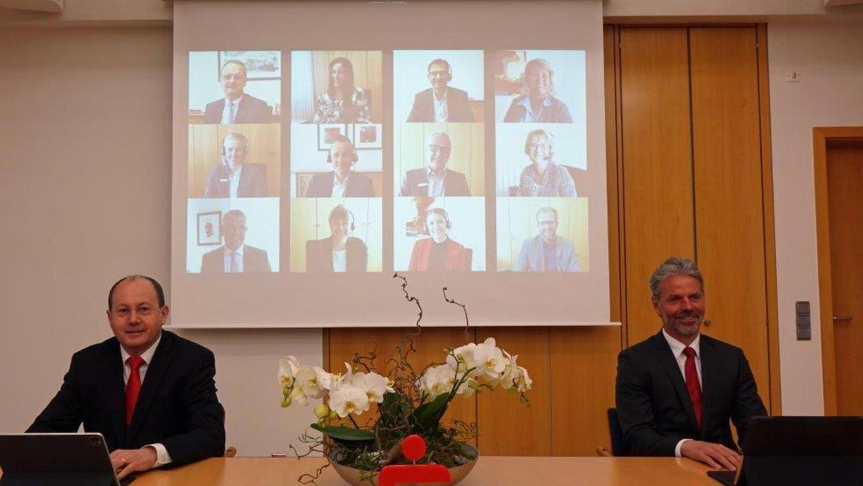 Arbeiten seit Jahren unter für Banken schwierigen Niedrigzins-Bedingungen: Burkhard Druschel, der Vorstandsvorsitzende der Sparkasse Gunzenhausen, und sein Stellvertreter Jürgen Pfeffer (rechts) müssen deshalb bald