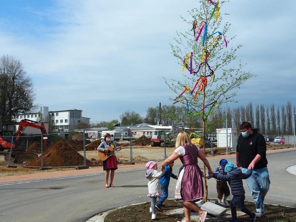 Trotz Corona: Kleiner Tanz in den Mai des Kindergartens Arche Noah der Diakonie Weißenburg