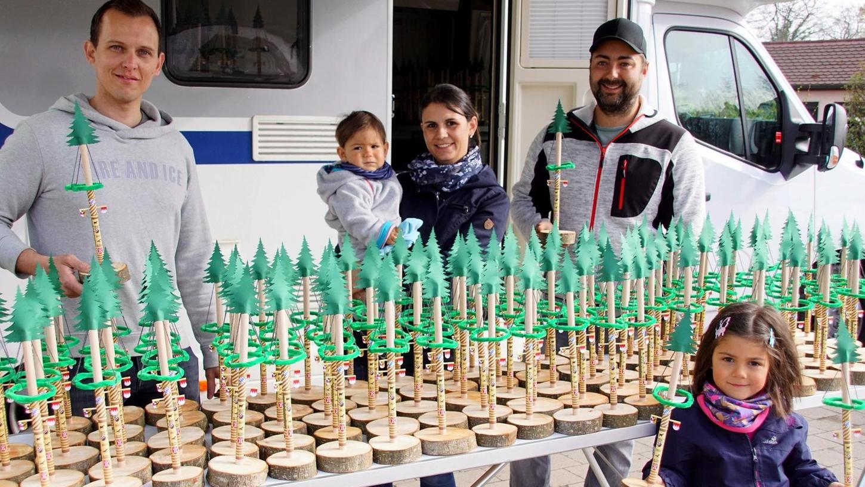 Sebastian Krauß (links) und Michael Renn zusammen mit seiner Frau Melanie sowie den Kindern Robin und Katharina bei der Verteilung der Mini-Maibäume.