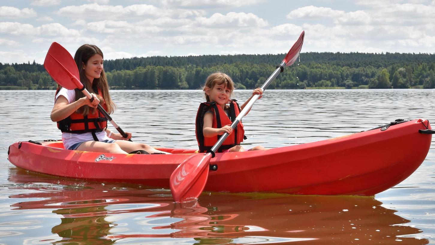 Auch die Kleinsten fühlen sich im Kanu schon wohl. Der Sport eignet sich für alle, die gerne in der Natur und auf dem Wasser aktiv sind. Ob es eher eine gemütliche Genussfahrt auf dem See sein soll oder ein intensives Training, bleibt jedem selbst überlassen.