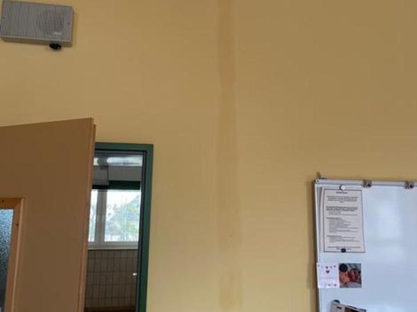 Verfärbungen an der Wand entlang von Stromleitungen zeigen sich.