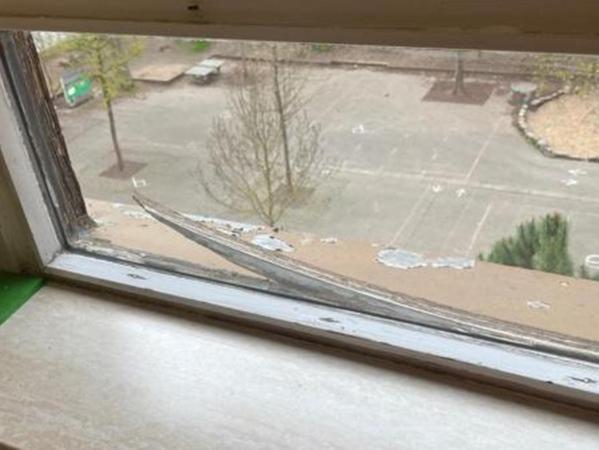 Die Fenster in der Schule sind in einem schlechten Zustand und es zieht an mehreren Stellen durch.