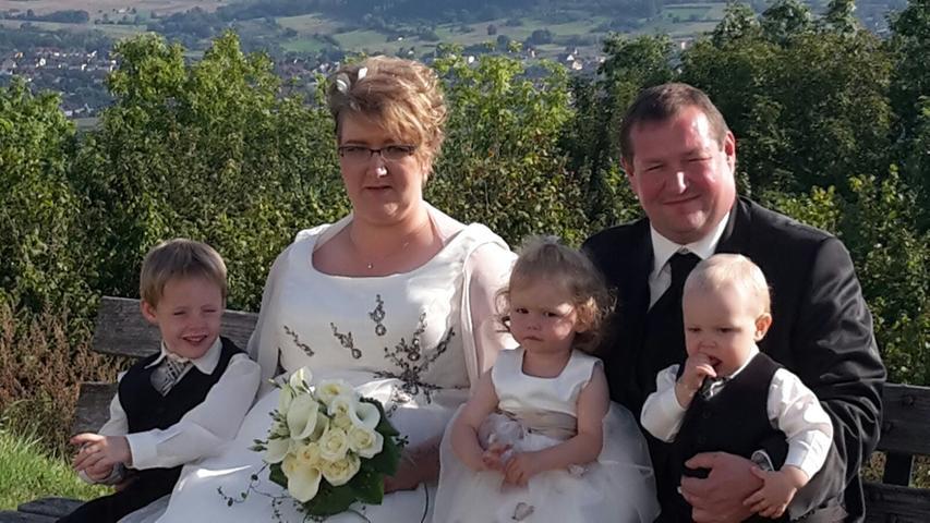 Jürgen und Nicole Alt haben sich das Ja-Wort gegeben. Ihr Hochzeitsfoto ist an der Vexierkapelle in Reifenberg entstanden, von der aus man bei wunderschönem Wetter einen wunderbaren Ausblick aufs Walberla hat.