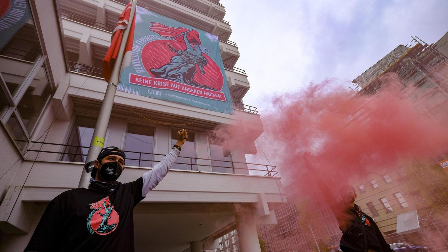 Roter Rauch: Die DGB-Jugend setzte vor dem Gewerkschaftshaus ein Zeichen.