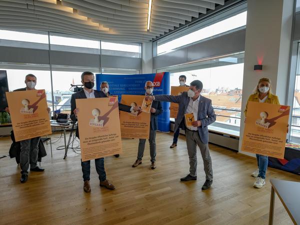 DGB-Boss Stephan Doll überreichte OB Marcus König (vorne links) eine Tafel mit der Forderung nach einem Vergabegesetz.