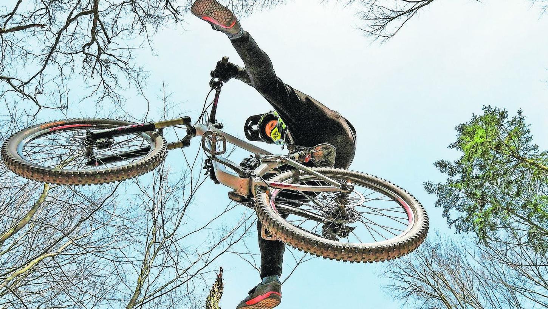 So schön kann Fliegen sein: Der Mountainbike-Fahrer Martin Schubert führt dem Fotografen einen Sprung im Fürther Stadtwald nähe der Alten Veste in Zirndorf vor.