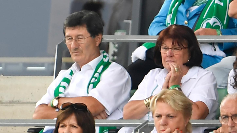 Edelfan, in dieser Saison meisten daheim vor dem Fernsehbildschirm: Helmut Hack mit Ehefrau Karin.