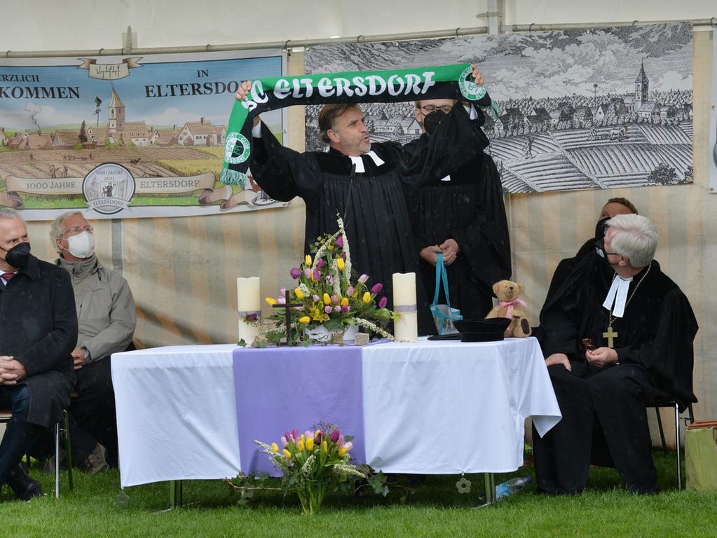 Heinrich Bedford-Strohm war in Eltersdorf und predigte beim Festgottesdienst zu 1000 Jahre Eltersdorf. Pfarrer Christian Schmidt dankte dem SC Eltersdorf.Foto: Klaus-Dieter Schreiter