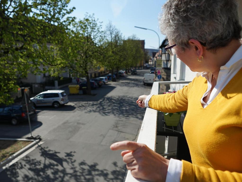 Angelika Geyer wünscht sich einen barrierefreien Gehsteig auf der Ostseite der Wallstraße. Die Kastanien und die Parkplätze sollen aber erhalten bleiben.